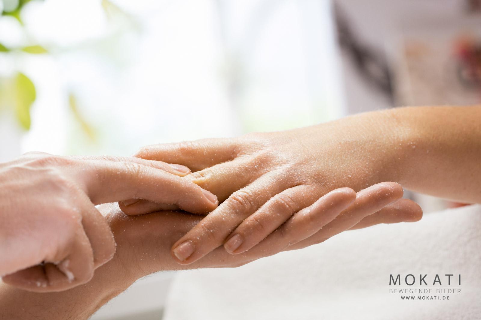 Handmassage mit Peeling bei Redröh Beautysalon und Kosmetikstudio im Münchner Westen